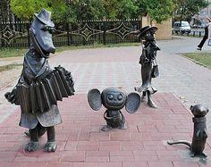 Imagen de http://www.funrussian.com/wp-content/uploads/2012/01/Statue-of-Gena-the-Crocodile-Cheburashka-and-Shapoklyak1.jpg.