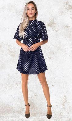 480a740127cb36 Blauw jurkje met witte stippen. Een classy blauw jurkje voor iedere  gelegenheid. De hoge