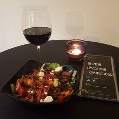 Ensalada templada con un rico vino...buen plan para un martes no? los esperamos #foodies #ensaladas #vino #vegetarianos #vegetarianosmadrid #condeduquegente by laperalimoneragastrobar