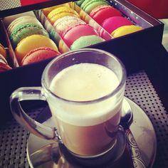 Macaron and coffee, the perfect combo for coffee time ! Macaron et café, le duo parfai pour un goûter parfait. Photo prise avec smartphone Huawei P8 Lite