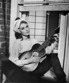 Audrey Hepburn cantando 'Moonriver' en 'Breakfast at Tiffany's' (Blake Edwards, 1961)