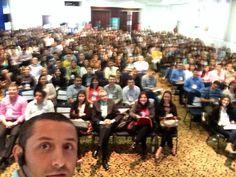 Selfie desde el escenario antes de comenzar mi ponencia sobre marketing responsable en el salón del Hotel Dann Carlton de Medellín donde se celebraba el VI Congreso Internacional de Negocios