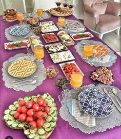 New Breakfast Table Presentation Tea Time Ideas Turkish Breakfast, Breakfast Time, Breakfast Ideas, Table Presentation, Menu Brunch, Bagel Bar, Turkish Kitchen, Turkish Recipes, Decoration Table