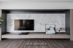 Trendy feature wall living room with tv and fireplace Modern Tv Wall, Living Room Modern, Home Living Room, Tv Cabinet Design, Tv Wall Design, House Design, Tv Feature Wall, Feature Wall Living Room, Painel Tv Sala Grande