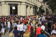Miles de personas asisten a la inauguración de la tienda de Apple en el paseo de Gràcia.