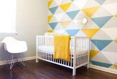 décorer la chambre bébé d'un papier peint à triangles en jaune, bleu et gris