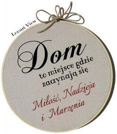 Tabliczka z napisem Dom to miejsce, gdzie zaczynają się miłość, nadzieja i marzenia