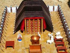 En cada extremo había un querubín de oro cuyas alas se extendían hacia el centro de la cubierta.El arca era el lugar de encuentro de Dios con su pueblo x medio de Moisés,y contenía las tablas de la ley.También estaban en el arca 1 vaso con maná y la vara de Aarón.Un velo de construcción elaborada separaba el lugar santísimo del compartimiento exterior del tabernáculo y, cuando los israelitas viajaban de un lugar a otro,el arca sagrada estaba escondida de las miradas al ser envuelta en ella…