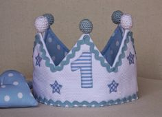 Una corona en tonos azules Baby Crafts, Felt Crafts, Crafts For Kids, Baby Boy Birthday, Birthday Hats, Birthday Crowns, Crown For Kids, Cake Smash Outfit, Diy Toys