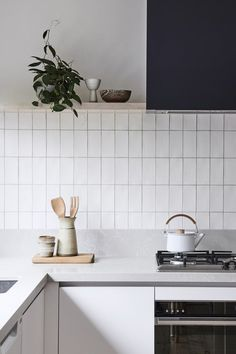 11 types of white kitchen splashback tiles: Add interest with shape over colour - STYLE CURATOR New Kitchen, Kitchen Decor, Design Kitchen, Kitchen Splashback Tiles, Backsplash Tile, Scandinavian Kitchen Backsplash, Gray And White Kitchen, White Kitchens, Dream Kitchens