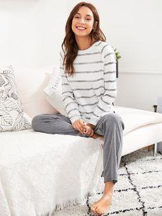 Conjunto de pijama de rayas con abertura en la parte lateral