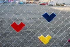 Making Colorful Hearts (yarn) Decorations on Wire Fence, Simple Craft Ideas for Kids and Adults Fence Art, Metal Fence, Wire Fence, Guerilla Knitting, Art For Kids, Crafts For Kids, Christmas Light Show, Diy Playground, Fence Styles