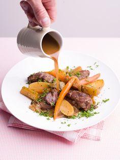 1. Schil de wortelen en verwijder het groen. Pel de uien en snij in grove stukken. Spoel de selder en snij in stukken van 5 cm. 2. Spoel de krielaardappelen en snij in 2. Spoel de peterselie, zwier goed droog en hak fijn. 3.