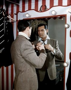 Cary Grant had style. Actually, Cary Grant has style. When talking about men's fashion, his name most often enters the conversation Hollywood Photo, Hollywood Actor, Classic Hollywood, Old Hollywood, Hollywood Vanity, Hollywood Stars, Hollywood Icons, Hollywood Glamour, Cary Grant