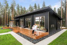Black log home into a rural setting - Honka Log Homes Exterior, 2 Bedroom House Plans, Log Home Interiors, Cottage Porch, Black Interior Design, Cedar Homes, Modern Cottage, River House, Small House Plans