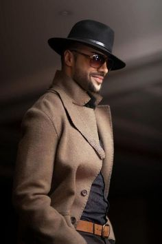 If you are in the market for brand new men's fashion suits, there are a lot of things that you will want to keep in mind to choose the right suits for yourself. Below, we will be going over some of the key tips for buying the best men's fashion suits. Sharp Dressed Man, Well Dressed Men, Hipster Noir, Komplette Outfits, Fashion Outfits, Mens Attire, Hommes Sexy, Fashion Moda, Mens Fashion Hats