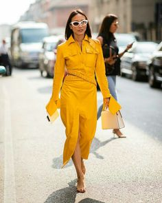 MILAN, ITALY - SEPTEMBER A guest wearing yellow dress with long sleeves is seen outside Jil Sander during Milan Fashion Week Spring/Summer 2019 on September 2018 in Milan, Italy. (Photo by Christian Vierig/Getty Images) Fashion Week 2018, Milano Fashion Week, Milan Fashion, Street Style Chic, Street Style Women, Fashion Online Shop, Streetwear, Street Looks, Casual Outfits