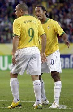 Ronaldo y Ronaldinho Brazil Football Team, Best Football Players, World Football, Football Cards, Soccer Players, Ronaldo 9, Sports Basketball, Football Soccer, Football Memes