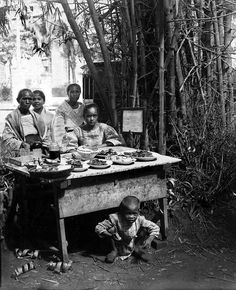 Filipino food sellers near Santa Cruz Church, Manila, Philippines. Unknown date but late or early century. by John T Pilot Philippines Culture, Manila Philippines, Filipino Culture, Filipino Food, Filipino Architecture, Intramuros, African Tribes, Women In History, Art History
