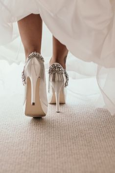 Discover the new trends in bridal shoes - Applications embedded in shoes, a new trend for brides 2019 # 2019 # bride - Wedding Boots, Wedding Heels, Prom Heels, Fashion For Women Over 40, Bride Shoes, Yes To The Dress, Beautiful Shoes, Neue Trends, Timeless Fashion