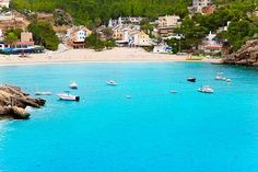 Cala Vadella Cala Vadella is een perfect strand voor gezinnen met kinderen. Het heeft een zacht wit poederzandstrand dat langzaam afloopt naar een ondiepe, beschermde baai. Met alle faciliteiten om iedereen de hele dag tevreden te houden op het strand.