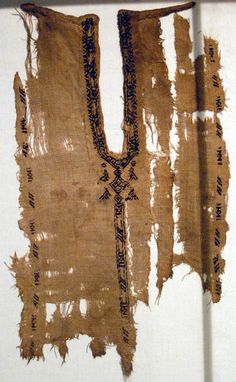 Neckline is an example from the Nubia Museum. This image of the neckline belongs to Professor Michael J. Fuller, from his personal photos,I used with his consent in research I have done on Mamluk garment construction. Anglo Saxon Clothing, Viking Clothing, Historical Clothing, Middle Eastern Clothing, Celtic Dress, Vintage Textiles, Islamic Art, Ancient History, Fiber Art