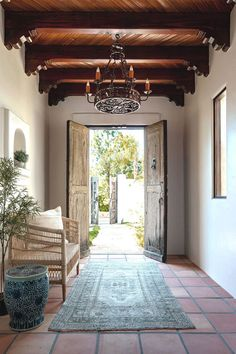 〚 Simple but expressive: California house restored after the flood 〛#corridor #enty #entryway #interiordesign #homedecor #ideas #inspiration #tips #cozy #living #space #style #interior #decor #home #design Spanish Bungalow, Spanish Revival Home, Modern Bungalow, Spanish Modern, Spanish Design, Spanish Colonial, Santa Fe Home, Spanish Interior, Spanish Style Interiors