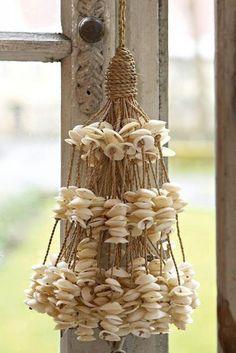 Mooie schelpen hanger met de Cay Cay schelp. Makkelijk zelf te maken.