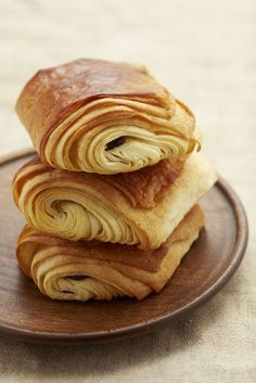 Petit Pain au Chocolat / Chocolatine > One Day I will make this Bread And Pastries, French Pastries, Just Desserts, Dessert Recipes, Nutella Cupcakes, Tasty, Yummy Food, Sweet Bread, I Love Food