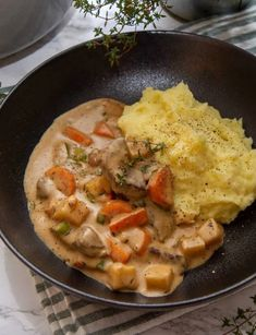 Norwegian Food, Thai Red Curry, Stew, Food And Drink, Dinner, Ethnic Recipes, Supper, Pots, Norway