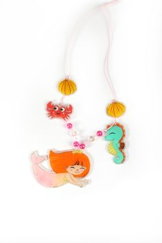 Pendentif en plastique dingue ! On adore ♥ Kit Plastique Dingue Graine Créative Tassel Necklace, Tassels, Tropical, Kit, Green, Jewelry, Pendant, Drawing Drawing, Jewellery Making