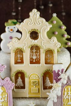 Christmas cookie house with caramel windows via Cakes Haute Couture Fancy Cookies, Iced Cookies, Cute Cookies, Holiday Cookies, Cookies Et Biscuits, Christmas Sweets, Christmas Gingerbread, Noel Christmas, Christmas Baking