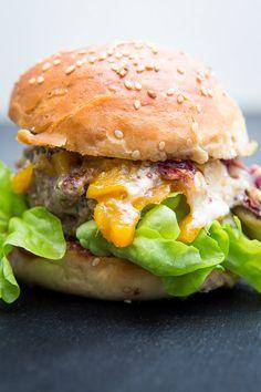 Leckerer Burger mit 170g bestem Beef, dazu würziger Scamorza, fruchtiges Mango-Chutney und geschmorter Radicchio.