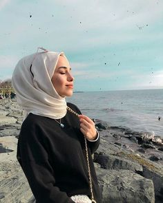 Hijab styles 805792558306987020 - Image may contain: one or more people, ocean, sky, outdoor and closeup Source by Hijab Casual, Hijab Chic, Girl Photo Poses, Girl Photos, Hijab Style Dress, Hijab Stile, Hijab Fashionista, Stylish Girls Photos, Instagram Pose