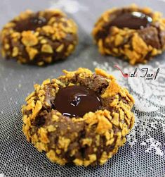 Merhaba, Çikolatalı Kurabiye tarifine bayılacaksınız, hatta misafirleriniz de bayılacak, üstelik çok zor bir kurabiye çeşidi değil. Göze de hitap ediyor, damağa da. Gelin birlikte tarife bir göz atalım. Tarife geçmeden önce fırını 180 dereceye getirmeyi unutmayalım. Fırın ısınırken biz de hazırlıklara başlayacağız. Çikolatalı Kurabiye tarifi Kurabiye için malzemelerimizi bir kaba koyup karıştırmaya ve yoğurmaya başlayalım. Fakat yumurtalardan birinin akını bir …