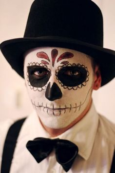 Day of the dead makeup for men dia de muertos halloween 15 ides de maquillages faciles faire Halloween Skull Makeup, Maske Halloween, Halloween Men, Halloween Makeup Looks, Male Halloween Costumes, Halloween Ideas, Mens Halloween Fancy Dress, Halloween Halloween, Horror Makeup