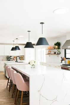 Marble waterfall island with pink barstools in a white kitchen. - Marble waterfall island with pink barstools in a white kitchen. Kitchen With Big Island, Modern Kitchen Island, Big Kitchen, Modern Kitchen Design, Marble Island Kitchen, Marble Kitchen Countertops, Smart Kitchen, Kitchen Table Makeover, Dining Table In Kitchen