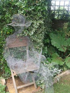 How to make Chicken Wire Ghosts.... So I would make these and put them in my yard and garden.