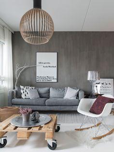 Kalklitir-maalilla maalattu harmaa seinä tuo ryhtiä olohuoneeseen. Maalin sävy on Winter Secco. Sohva on Ikeasta, pöytä on rakennettu itse eurolavoista. Scandinavian Style, Playroom, Living Spaces, Ikea, Dining Room, Interior, Modern, Table, Desktop Wallpapers