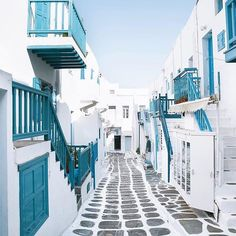 Let's escapes to the dreaming streets of #Mykonos! Can you believe this is real! So gorgeous! Photo via @doyoutravel #greece #luxury #love #travel #amazing #worldtravelbook #worldofwanderlust #wanderlust #luxurytravel #doyoutravel #instatravel #travelgram #lifewelltravelled