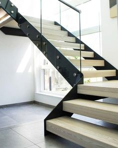Adoptez les escaliers en bois et en métal pour un intérieur plus stylé! - IDEO L Shaped Stairs, Straight Stairs, Stair Lighting, Take The Stairs, Modern Staircase, Modern House Design, Stairways, Lights, Building Ideas