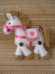 cavalinho de feltro ... how cute is this?