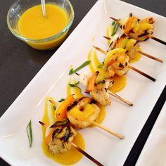 Brochetas de camarón en chutney de mango
