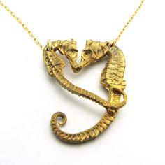 Kissing Seahorses Necklace - So cute #necklace #seahorse