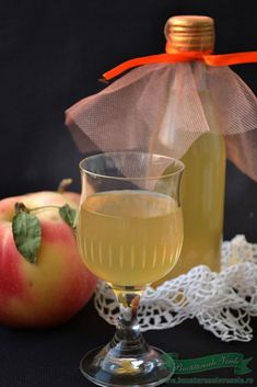 Suc de Mere pentru Iarna Romanian Food, Romanian Recipes, Canning Pickles, White Wine, Smoothie, Alcoholic Drinks, Deserts, Good Food, Food And Drink