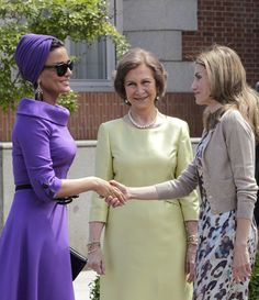 love love Sheikha Mozah's style ...this is a Muslim woman who knows how to year Hejab with Style.  #head turban