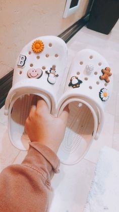 Vsco Girl Checklist – The Ultimate Vsco Girl Checklist The ultimate Vsco Girl Checklist! Everything you will need to be a vsco girl and where to find it. Nike Huarache, Cute Shoes, Me Too Shoes, Crocs Fashion, Croc Charms, Mode Blog, Accesorios Casual, Crocs Shoes, Mode Vintage
