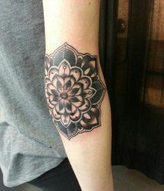 mandala-tattoo-ellenbogen-schwarz-tinte