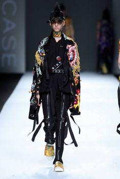 Negros totales que le dan paso a looks de inspiración urbana son la propuesta de Just in case en la semana de la moda de Shanghai, suman...