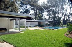 Modernism captured by Michael Locke Mid Century House, Mid Century Style, Mid Century Modern Design, Modern House Design, Richard Neutra, Modern Exterior, Modern Buildings, Midcentury Modern, Architecture Design